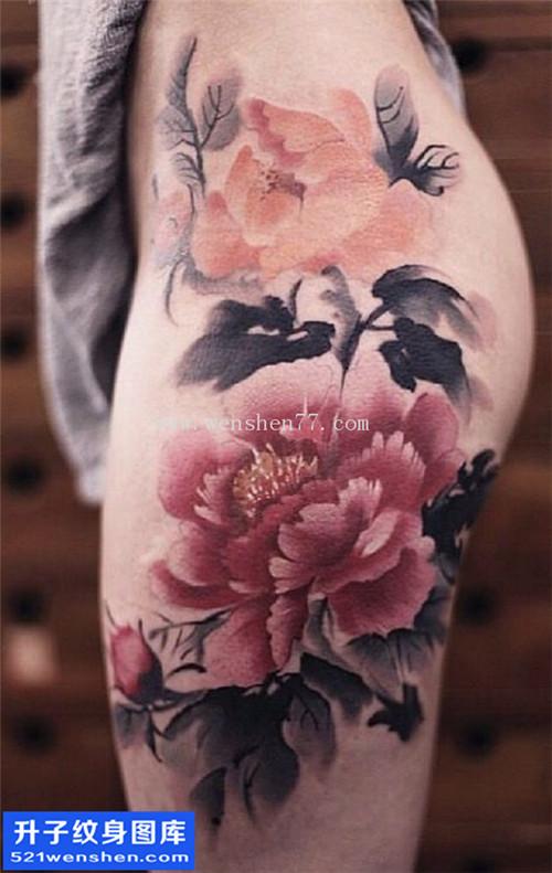 女性大腿水墨彩色牡丹纹身图案大全