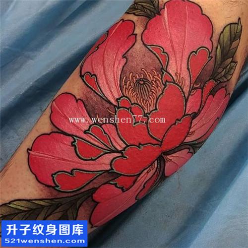 男性小腿彩色传统牡丹纹身图案大全