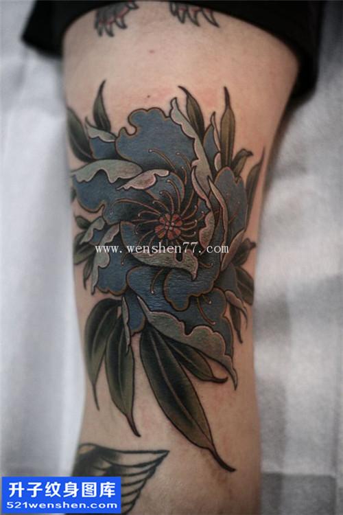 男性大腿传统彩色牡丹纹身图片大全