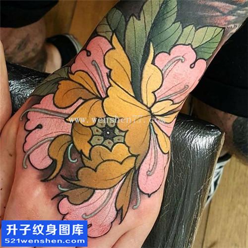 男性手背传统彩色牡丹纹身图案大全