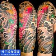 男性大臂传统彩色鲤鱼纹身图案大全