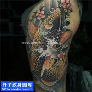 男性大腿传统彩色鲤鱼纹身图案大全