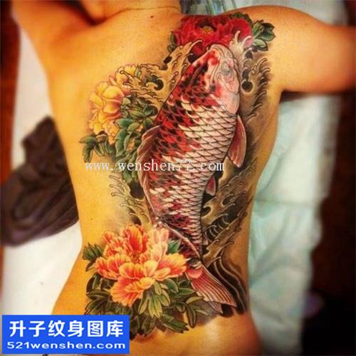 女性后背传统彩色牡丹鲤鱼纹身图案大全