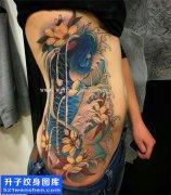 女性侧腰传统彩色鲤鱼纹身图案大全