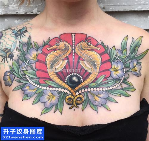 美女胸口大V纹身 new school 纹身图片