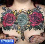 女性胸口大V镜子玫瑰花纹身图片大全