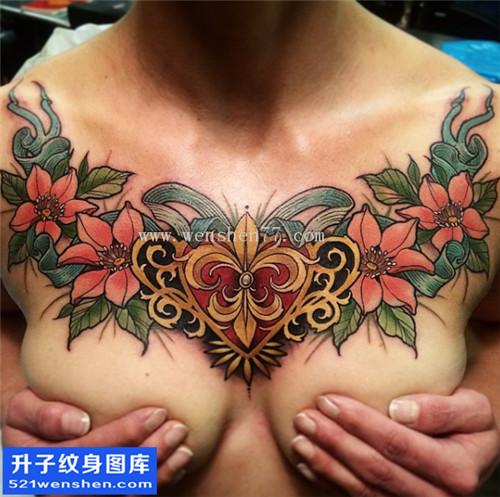 女性胸口大V植物纹身图片大全