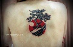 女性欧美背上植物树枝纹身图案