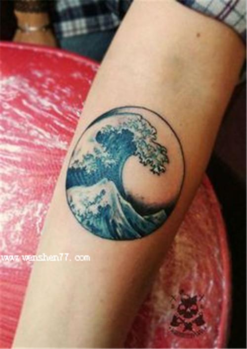 手臂彩色小浪花纹身图案