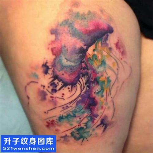 女性大腿泼墨彩色水母纹身图案