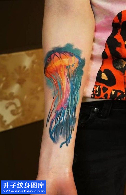 手臂彩色写实水母纹身图片 观音桥纹身
