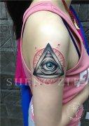 女性大臂上帝之眼纹身图案