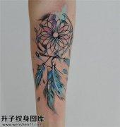 手臂彩色捕梦网纹身图案