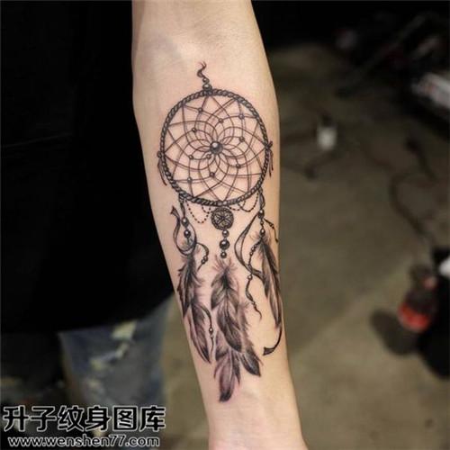 手臂黑灰捕梦网纹身图案