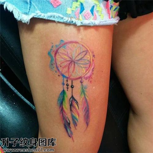 大腿彩色捕梦网纹身图案