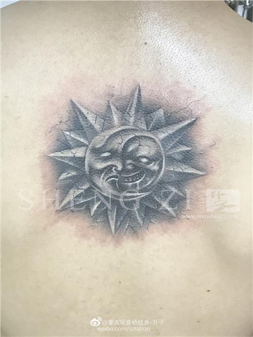 后背太阳月亮修改纹身图案