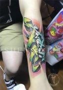 手臂彩色花体字母纹身图案