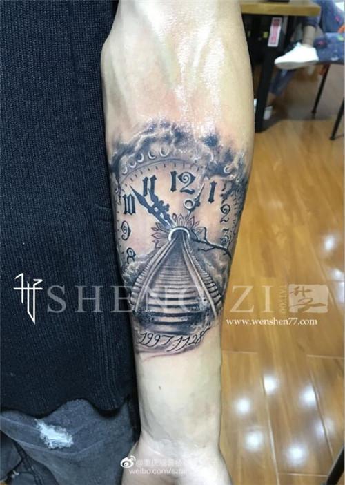 手臂钟表纹身图案