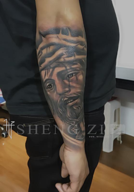 小臂黑灰耶稣纹身图案