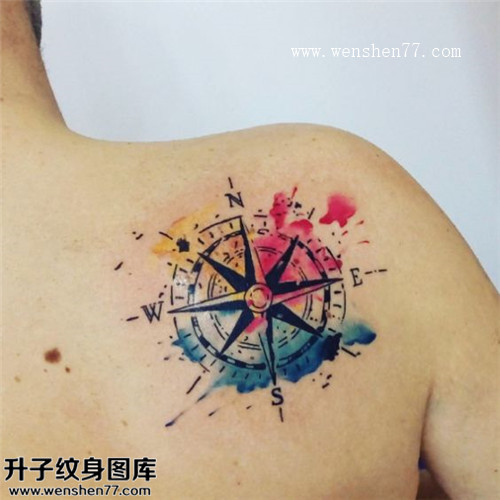 美女肩膀泼墨指南针纹身