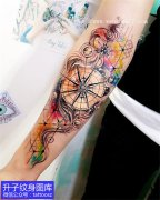 手臂外侧绚丽的指南针纹身图案