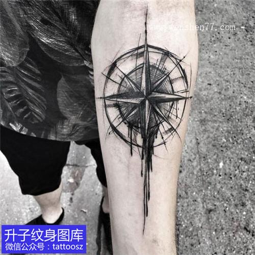 手臂简洁黑白指南针纹身图案