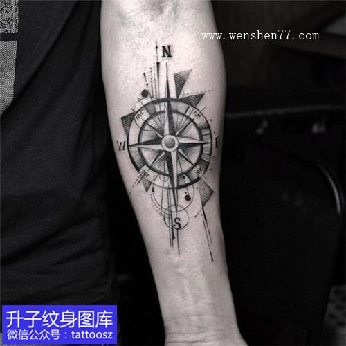 手臂欧美黑灰指南针纹身图案
