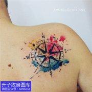美女肩膀彩色泼墨指南针纹身图案