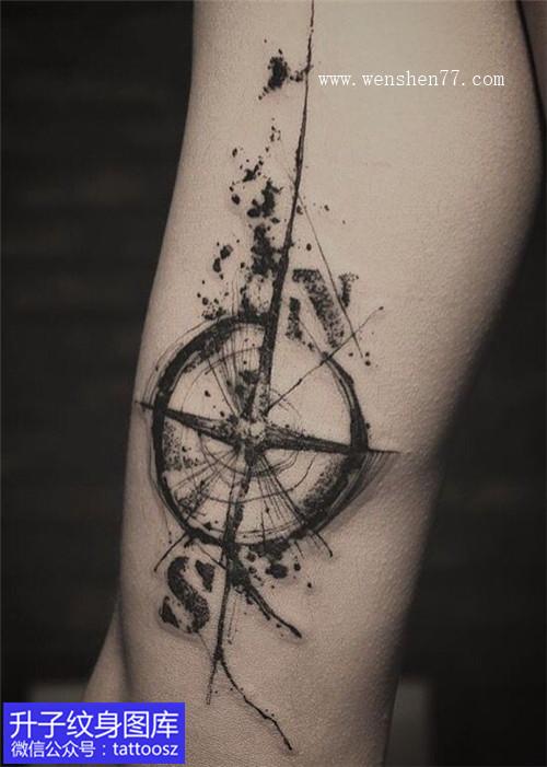 手臂黑白水墨指南针纹身图案