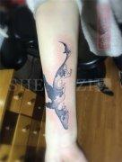 手臂内侧彩色遮盖失败纹身鲸鱼纹身图案