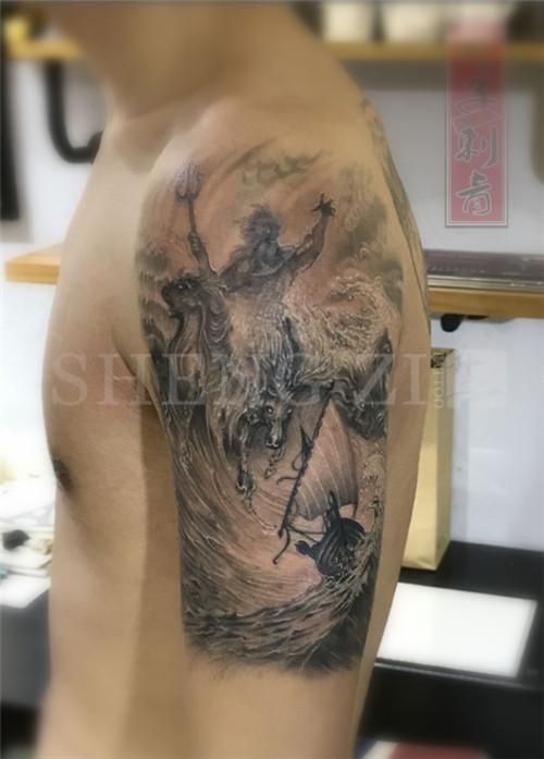 大臂外侧黑灰波塞冬纹身图片