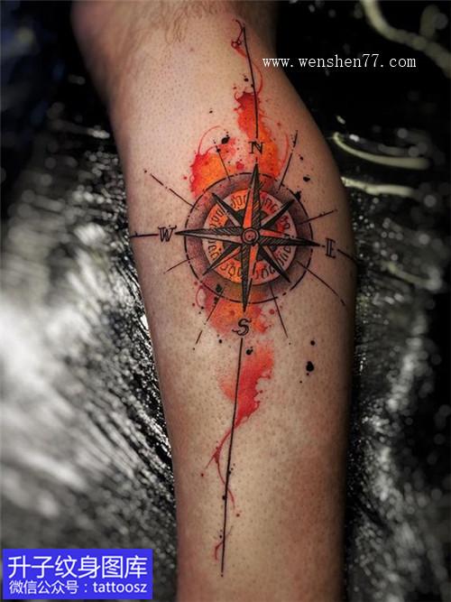 小腿靓丽彩色泼墨指南针纹身图案