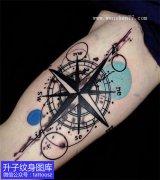 大臂内侧个性指南针纹身图案