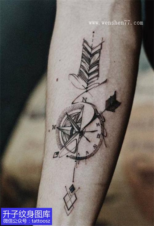 小臂内侧小清新指南针弓箭纹身图案