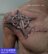 男性肩膀黑灰写实指南针纹身图案