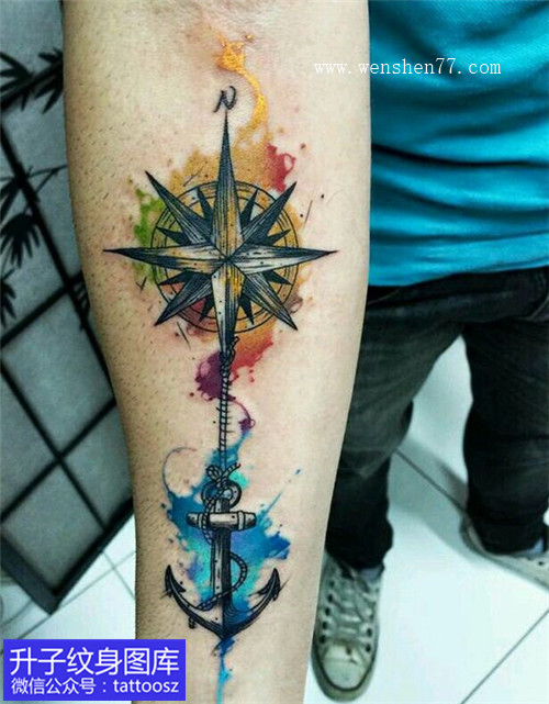 男性手臂彩色泼墨指南针纹身图案