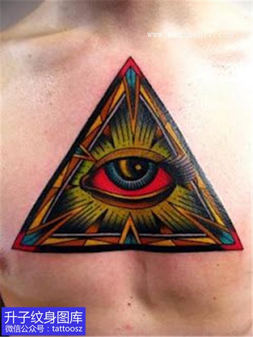 男性胸口彩色上帝之眼纹身图案