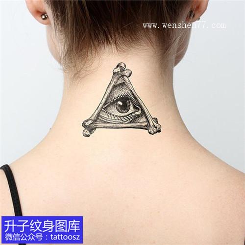 女性后脖子黑灰上帝之眼纹身图案