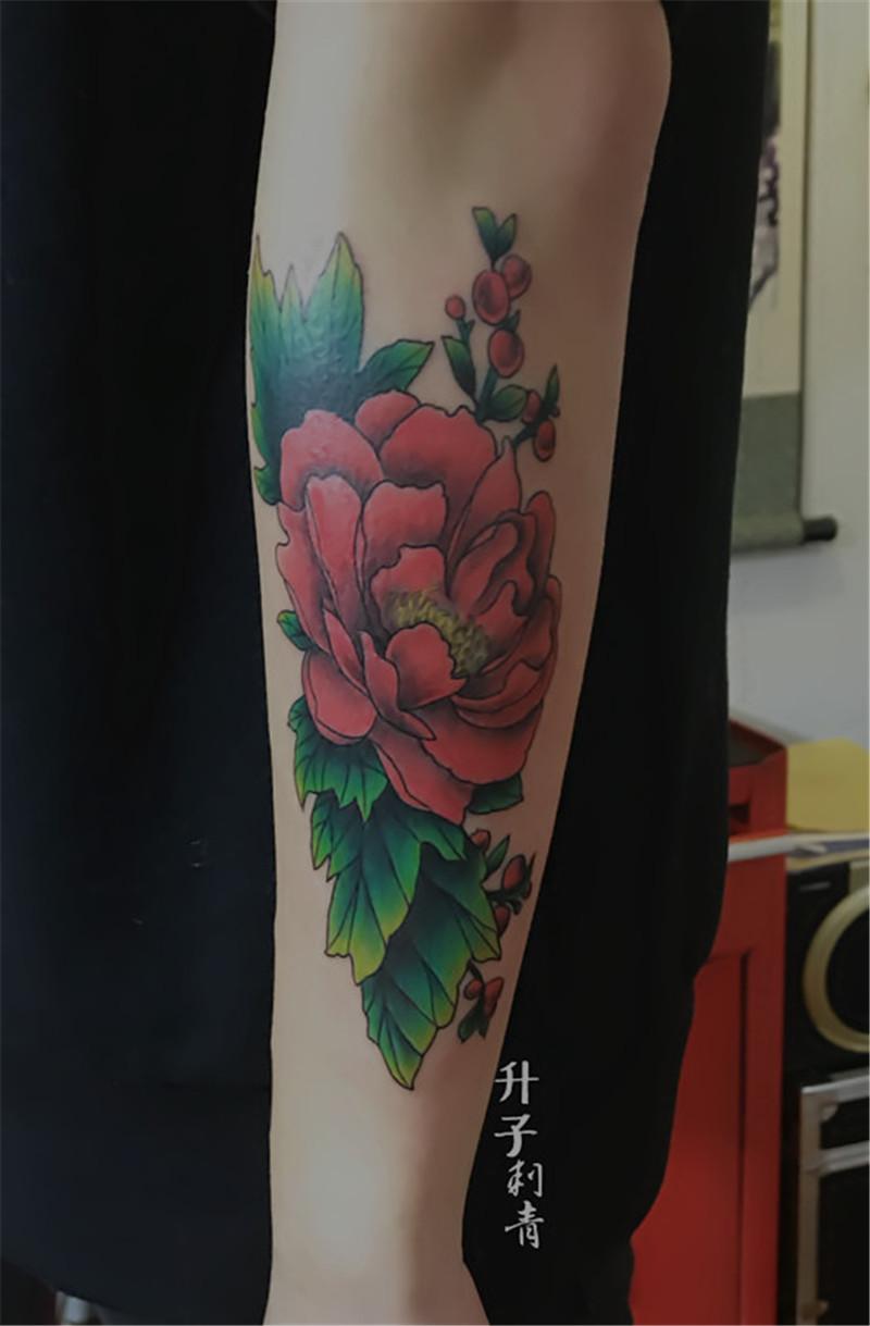 手臂外侧彩色牡丹纹身图案