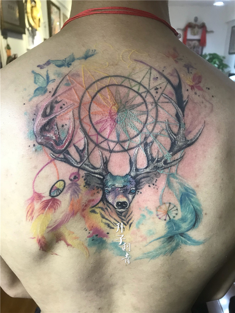 后背彩色鹿头纹身图案
