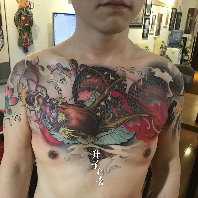 前胸大V龙纹身图案