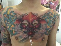 前胸大V彩色传统唐狮菊花纹身图案