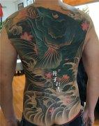 遮盖失败纹身 后背彩色鲤鱼纹身图案