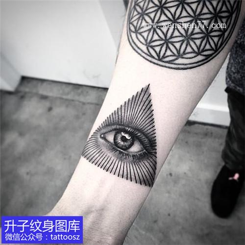 手臂内侧黑灰个性点刺上帝之眼纹身图案