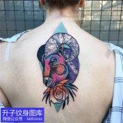 女性后背彩色羊头纹身图案