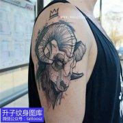 大臂外侧羊头纹身图案