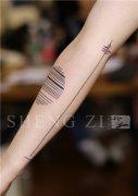 手臂内侧小清新直线纹身图案