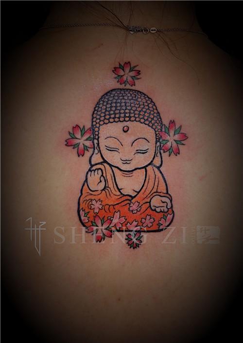 女性后背小佛与樱花纹身图案