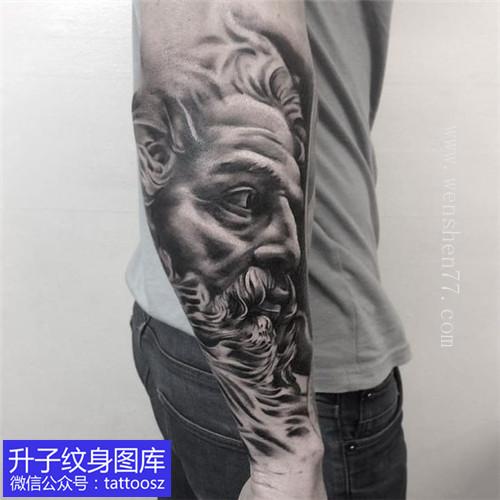 小臂外侧波塞冬纹身图案