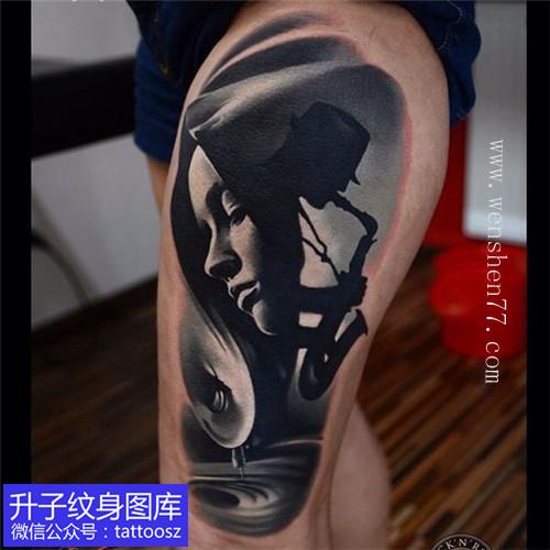 女性大腿外侧欧美写实肖像纹身图案